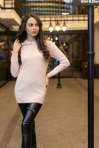 Елегантен дамски пуловер с качулка WHITE BIRDS
